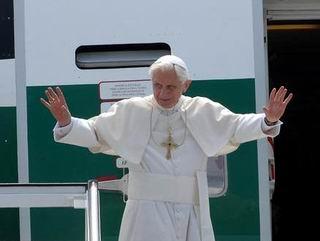 Su Santidad Benedicto XVI se despide del pueblo santiaguero,en el Aeropuerto Internacional Antonio Maceo de Santiago de Cuba, el 27de marzo de 2012. Foto: Juan Pablo Carreras