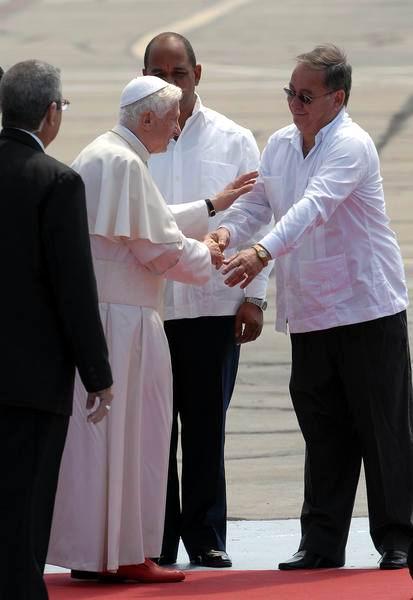 Su Santidad Benedicto XVI, es despedido por Lázaro Expósito, Primer Secretario del Partido Comunista de Cuba, en la provincia santiaguera, en el Aeropuerto Internacional Antonio Maceo de Santiago de Cuba, el 27 de marzo de 2012. Foto: Juan Pablo Carreras