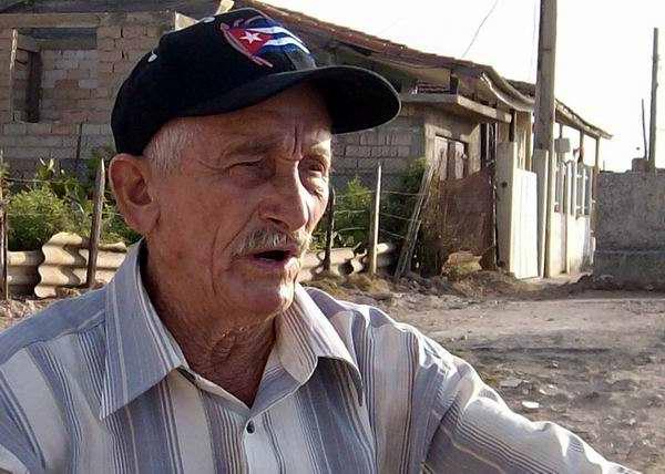 Alfonso Mirabal es una mezcla de niño soñador y hombre pasional a sus 75 años, amante del mar. Foto Iván Morales