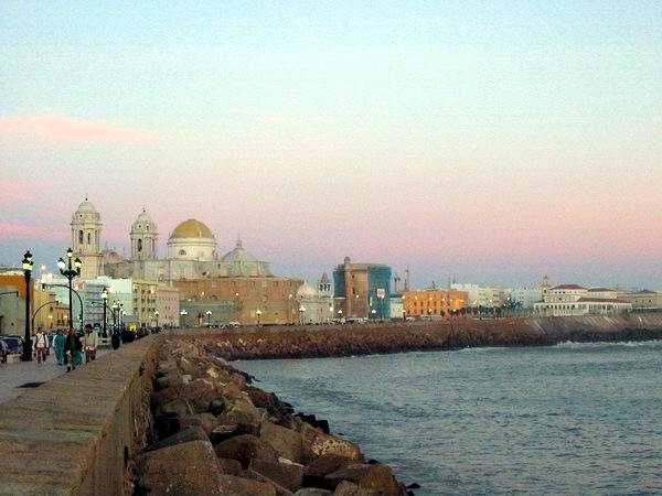 La ciudad española de Cádiz recuerda a la capital cubana y su malecón.