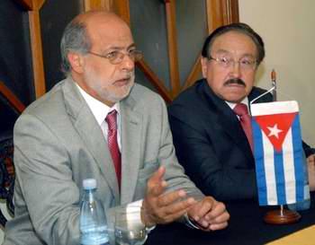 Daniel Abugattas Majluf (I), Presidente del Congreso de la Republica del Perú, en La Habana, el 20 de febrero de 2012. Foto: Marcelino Vázquez.