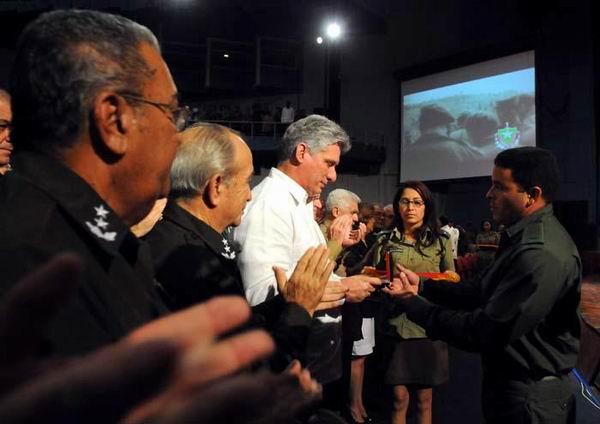 Miguel Díaz-Canel Bermúdez, primer vicepresidente cubano, recibió la placa de reconocimiento enviada a Fidel y Raúl. Foto: Juvenal Balán