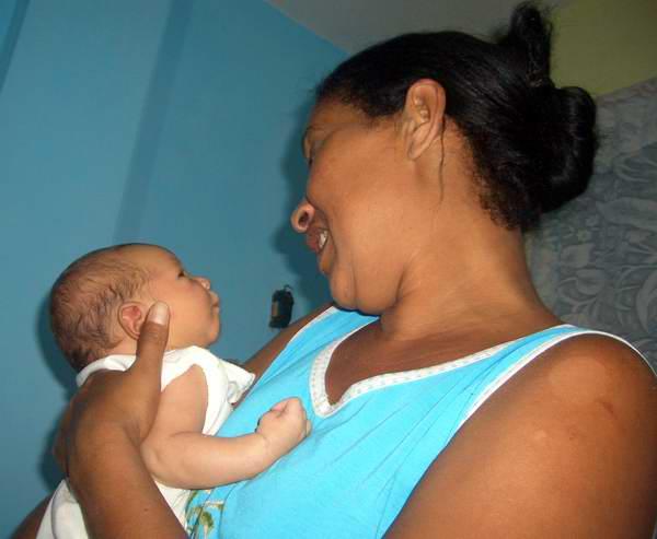 Mamá amamanta a su pequeño. Foto Abel Rojas.