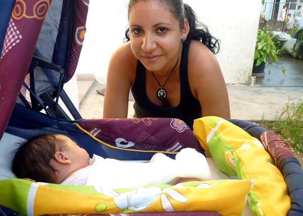 Mamá cuida a su hijo en el coche. Foto Abel Rojas.