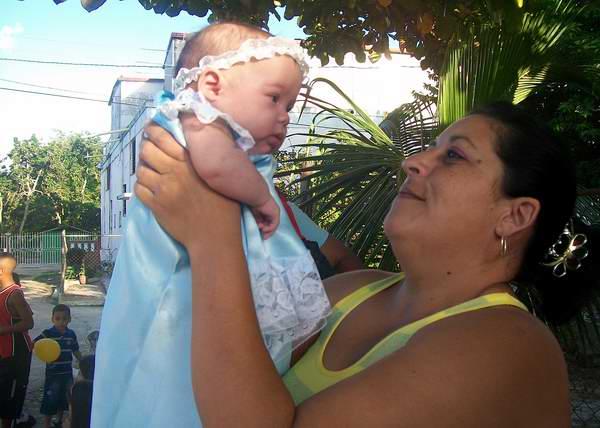 Bebe junto a su mamá. Foto Abel Rojas.