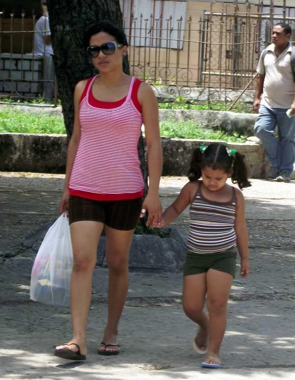 Madre junto a su hijo. Foto Abel Rojas.