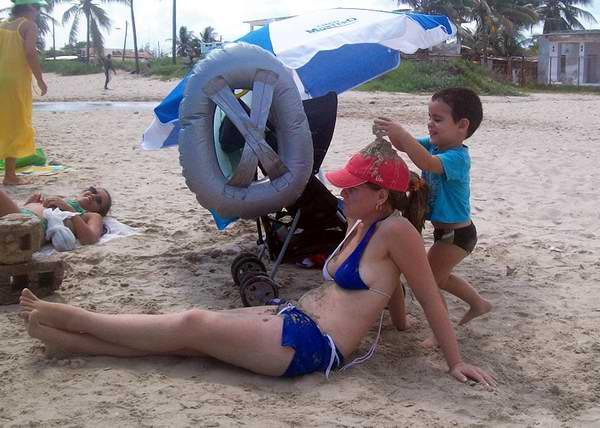 Con mamá en la playa. Foto Abel Rojas.