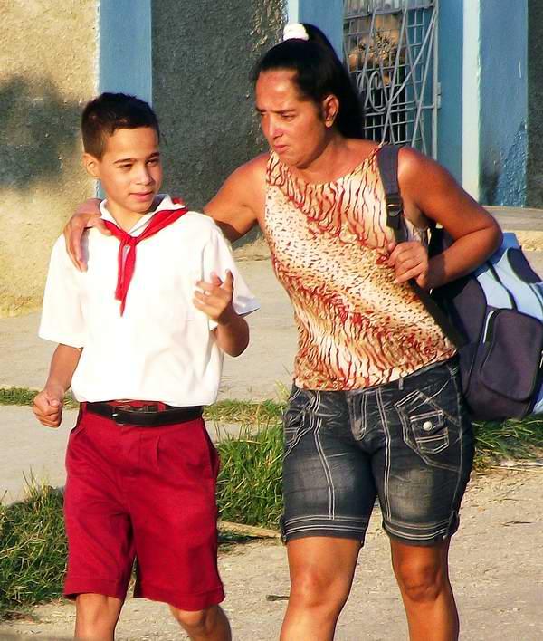 Madre con su pequeño pionero. Foto Abel Rojas.