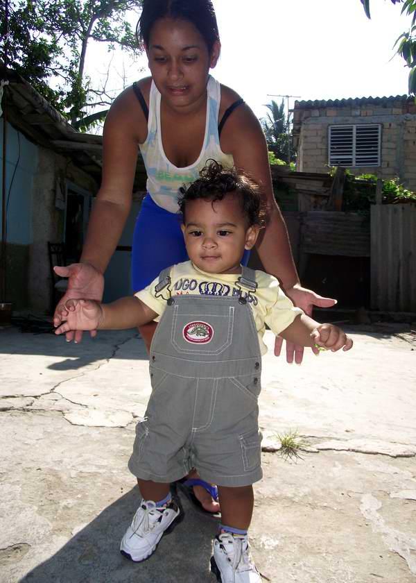Niño dando los primeros pasos. Foto Abel Rojas.