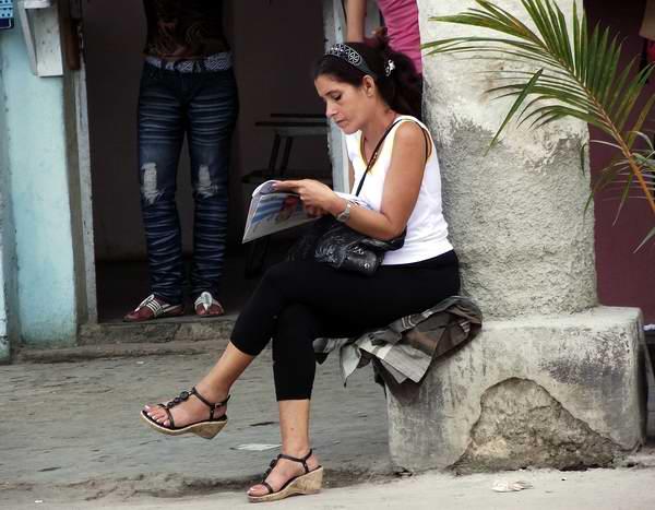 Leyendo el periódico. Foto Abel Rojas.