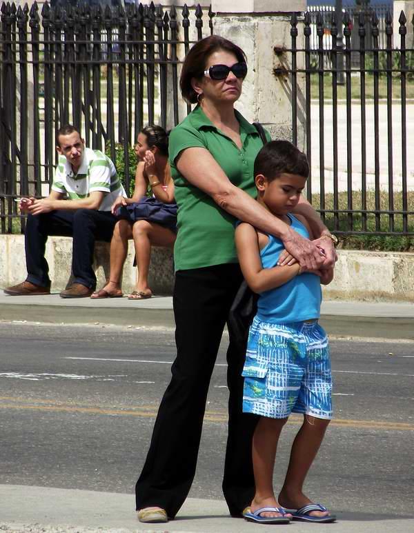 Mujer cubana protegiendo a su niño. Foto Abel Rojas.