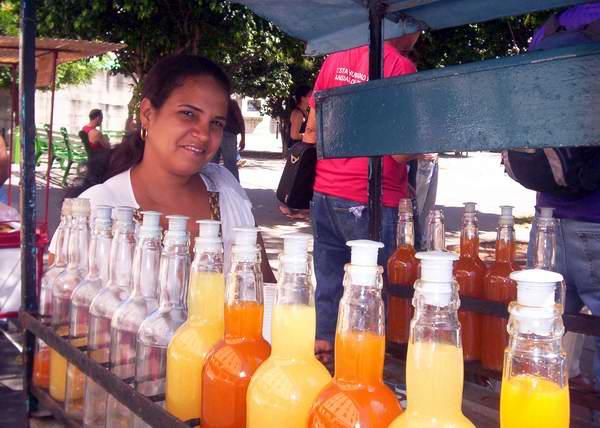 Mujer cubana capaz de refrescar una calurosa tarde en Cuba. Foto Abel Rojas.