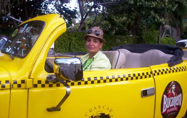 Mujer taxista. Foto Abel Rojas.