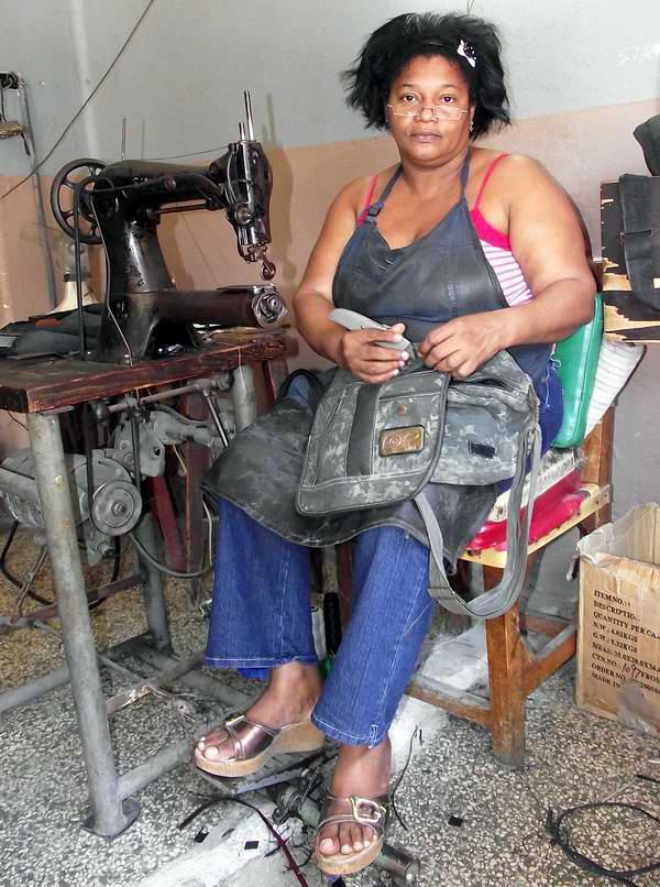 Mujer cubana capaz de realizar trabajo de gran esfuerzo físico. Foto Abel Rojas.