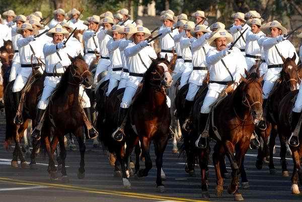 Avanza la caballería mambisa con sus 128 jinetes. (AIN FOTO/Marcelino VAZQUEZ HERNANDEZ)