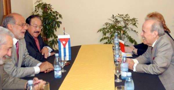 Ricardo Alarcón de Quesada (D), Presidente del Parlamento Cubano, recibió en esta capital a Daniel Abugattas Majluf (I), Presidente del Congreso de la Republica del Perú, en La Habana, el 20 de febrero de 2012. Foto: Marcelino Vázquez.