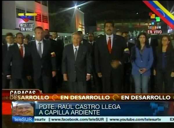 Presidente cubano Raúl Castro rinde homenaje a Chávez en la capilla ardiente